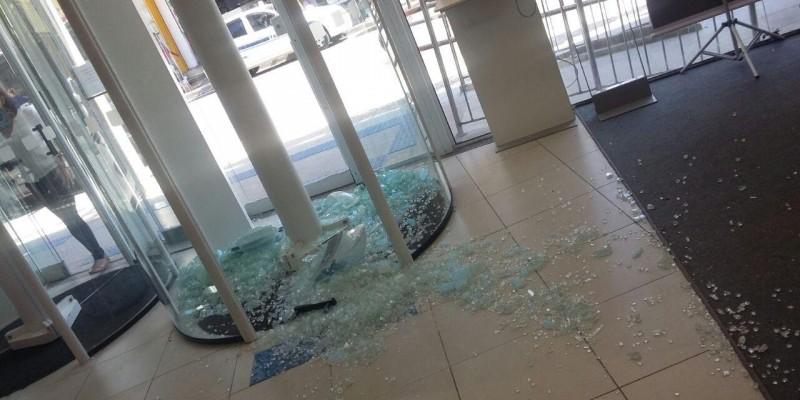 Agência do Itaú do centro de Macaé, teve porta giratória quebrada pelo cliente