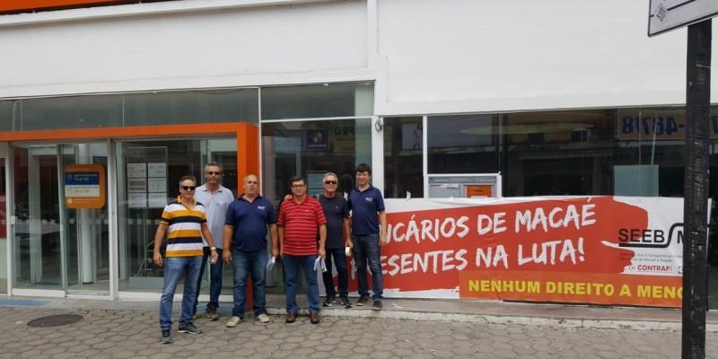 Bancários fecham agências do Itaú em Macaé em protesto contra as demissões