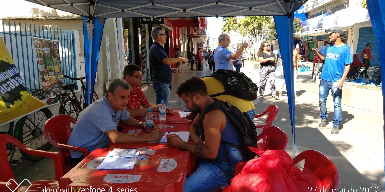 """Coletas de assinaturas, contra a """"Reforma da Previdência"""" do governo federal."""
