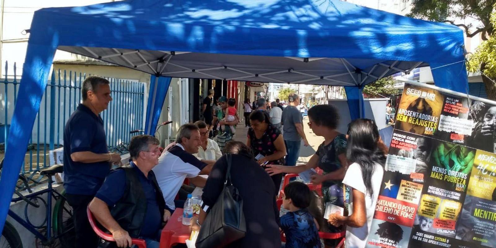 Sindicato dos bancários de Macaé distribuem cartilhas e colhem assinaturas contra a reforma da previdência