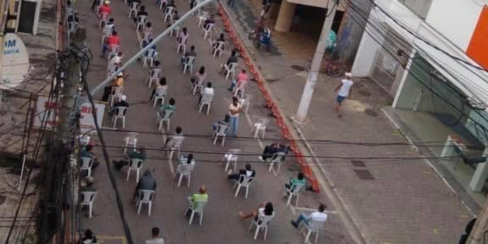 Após solicitação do Sindicato dos Bancários, fila do auxílio emergencial está sendo organizada pela guarda municipal, mantendo-se o distanciamento