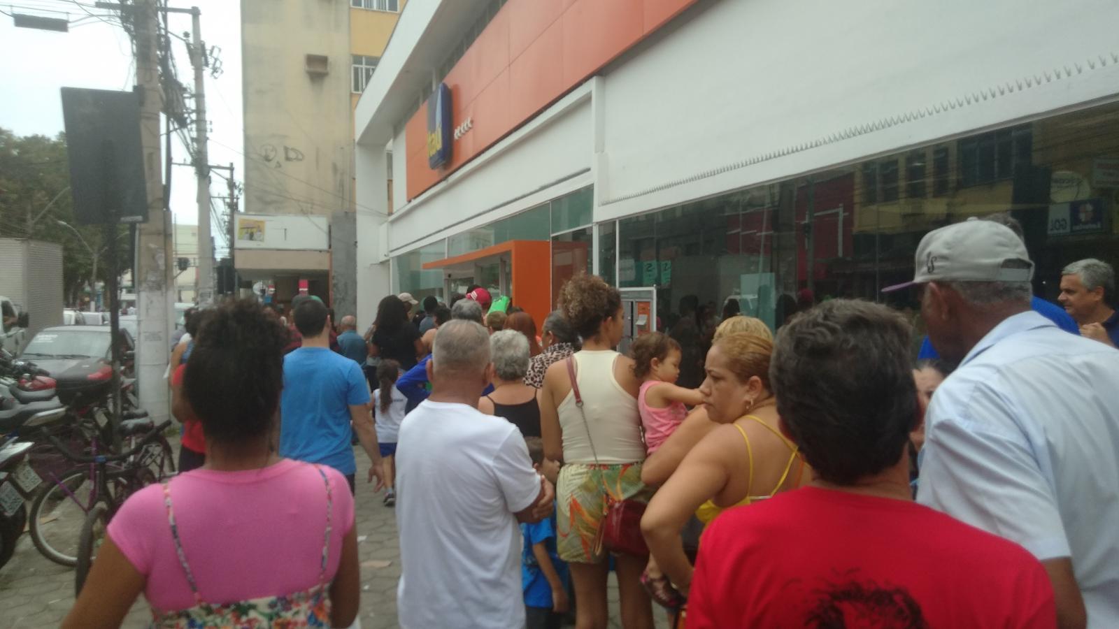 Itaú fecha agência em Macae, e causa transtorno a população