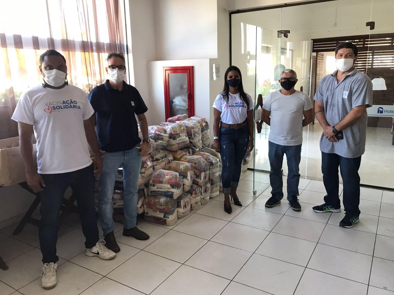 """Sindicato entrega 70 cestas de alimentos para campanha """"Vacinação Solidária"""""""